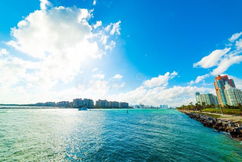 Sol som skiner över Miami Beach bayfront royaltyfria bilder