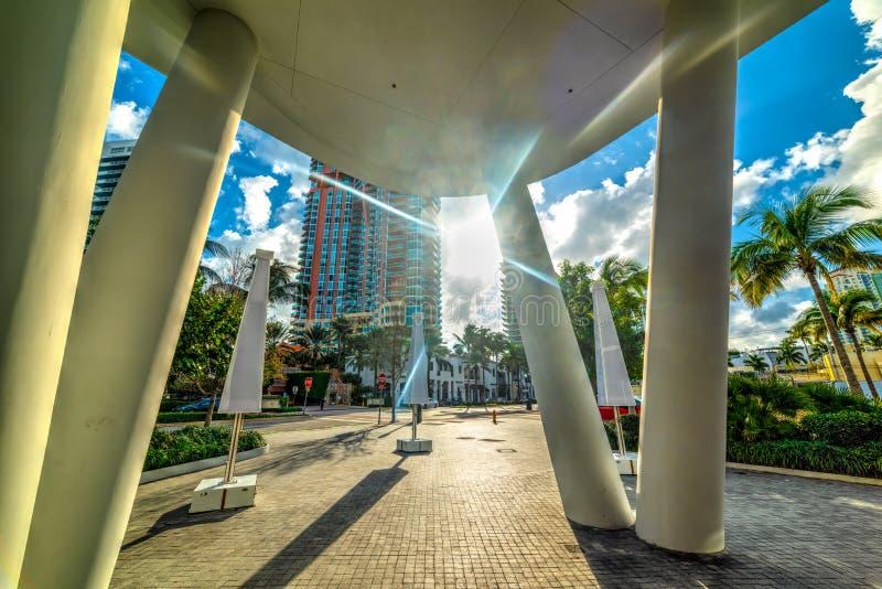 Sol som skiner över Miami Beach på solnedgången royaltyfri bild