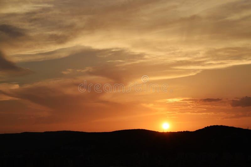 Sol som ställer in över kullen royaltyfri foto