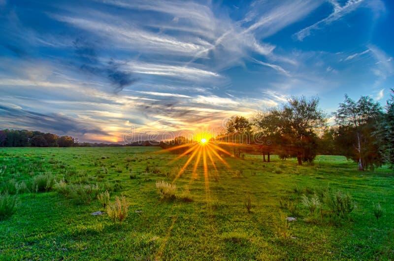 Sol som ställer in över landslantgårdland i york South Carolina royaltyfri foto