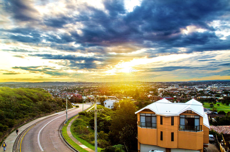 Sol som ställer in över staden arkivfoton