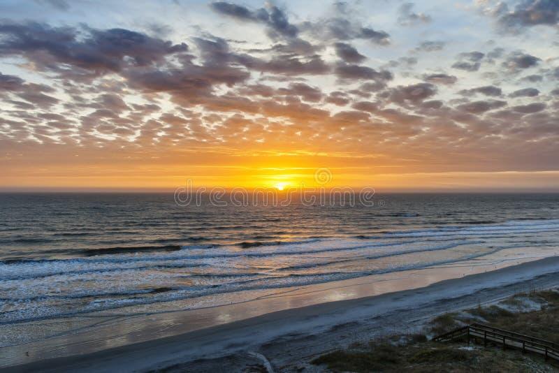 Sol som stiger över Atlanten arkivbilder