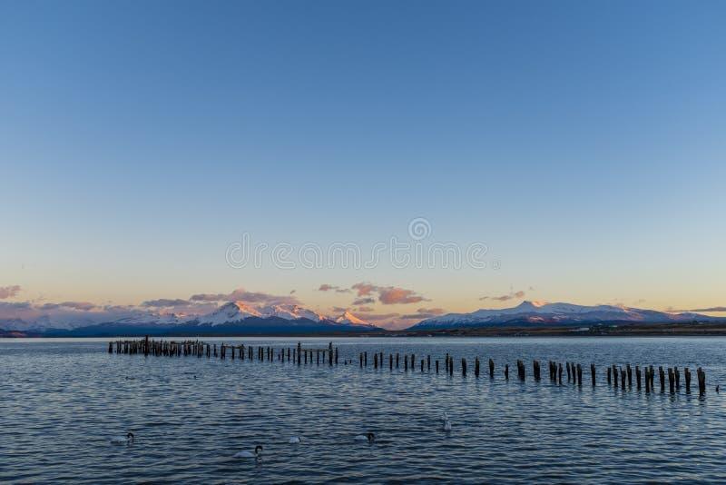 Sol som stiger över en bergskedja fotografering för bildbyråer