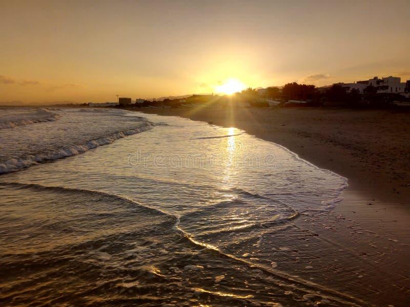 Sol som stiger, sikt av det arabiska havet, Muscat, Oman arkivfoton