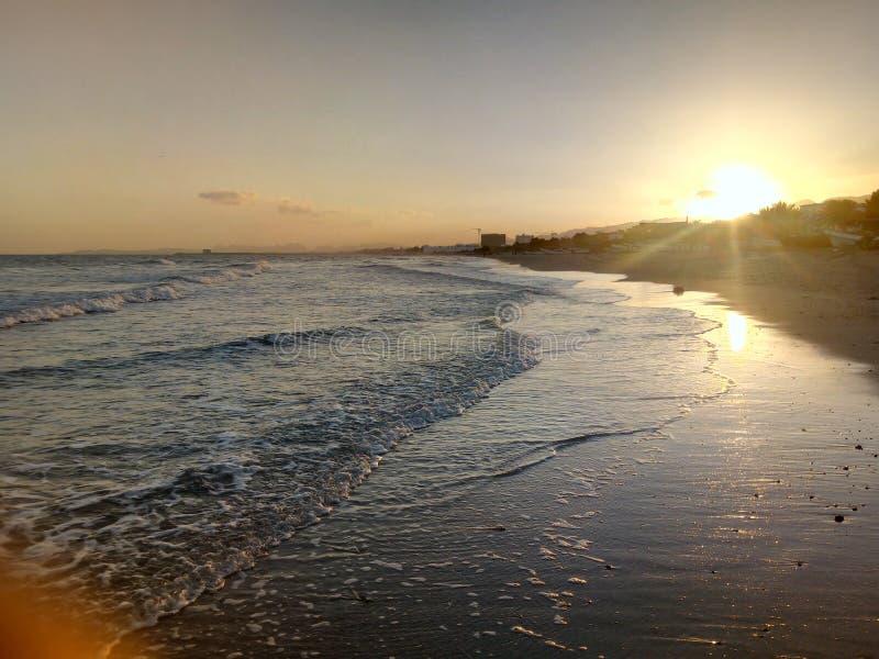 Sol som stiger, sikt av det arabiska havet, Muscat, Oman arkivbilder