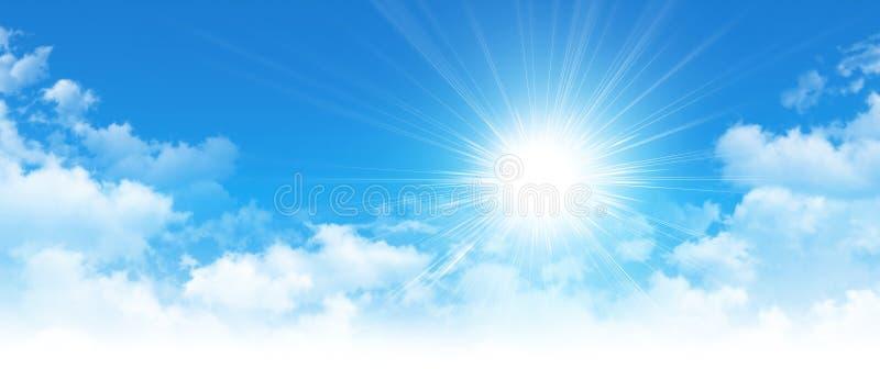 Sol temprana en un cielo azul nublado foto de archivo