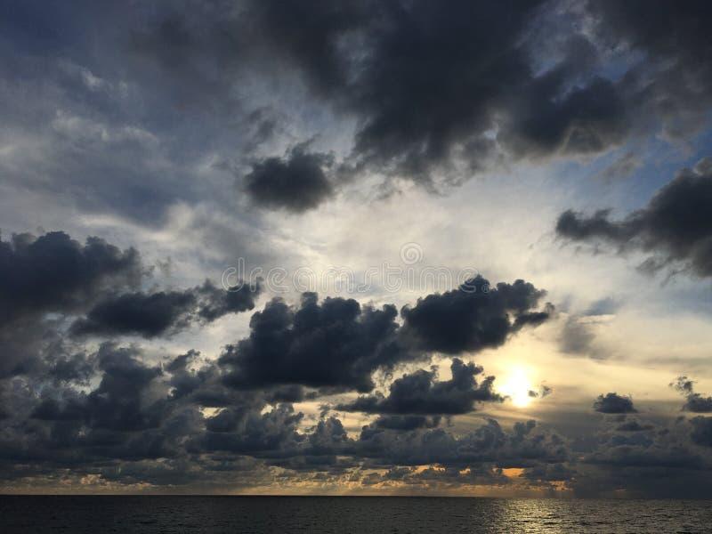 Sol till och med molnen arkivbilder