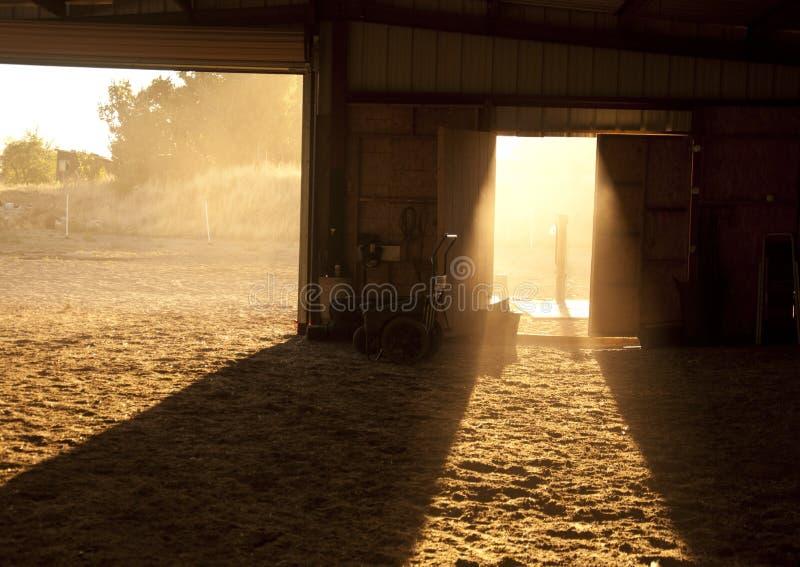 Sol a través de una puerta de granero fotografía de archivo
