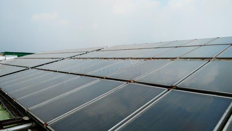 Sol- vattenuppvärmning på takgolv arkivfoton