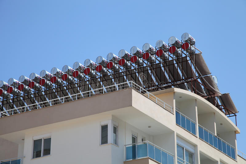 Sol- vattenvärmeapparater på taket arkivfoto