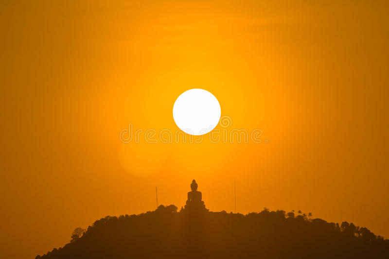 Sol vermelho redondo acima da Buda grande imagens de stock royalty free
