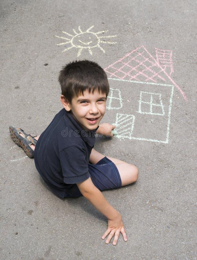 Sol y casa del dibujo del niño en asphal imagen de archivo libre de regalías
