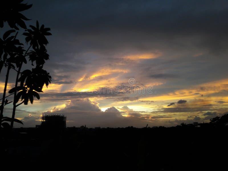 Sol y cielo amarillos hermosos en el fondo oscuro foto de archivo