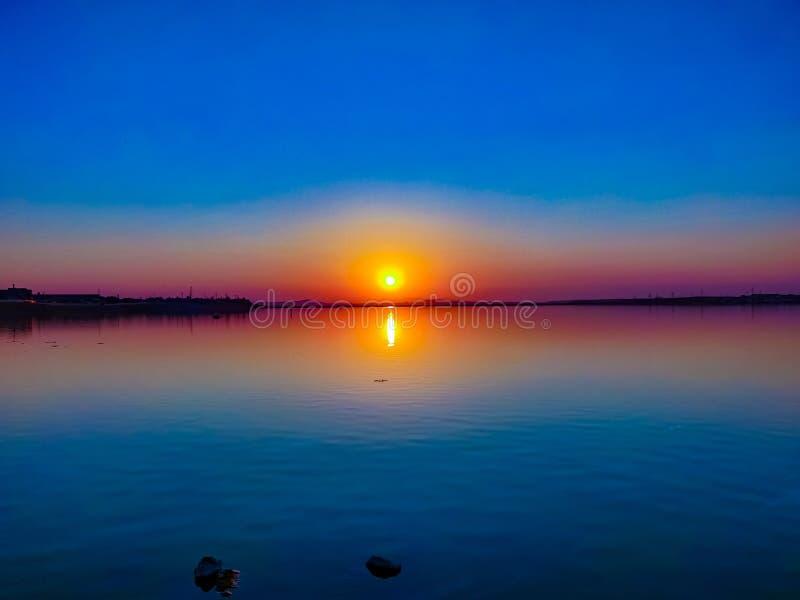 Sol y lago fotografía de archivo libre de regalías