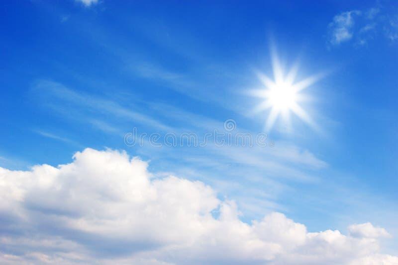 Sol y nubes brillantes foto de archivo