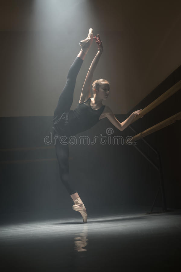 Sola bailarina en el cuarto de clase foto de archivo