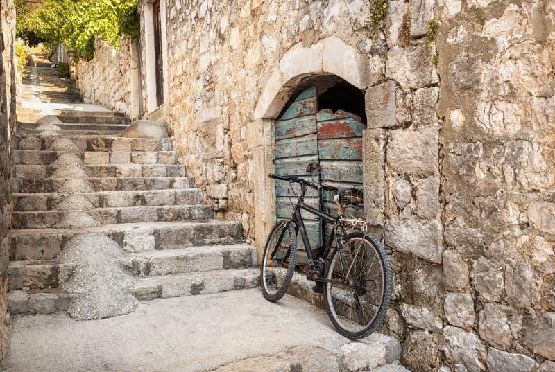 Sola bicicleta en un pasillo caminado escarpado de Dubrovnik, Croacia imágenes de archivo libres de regalías