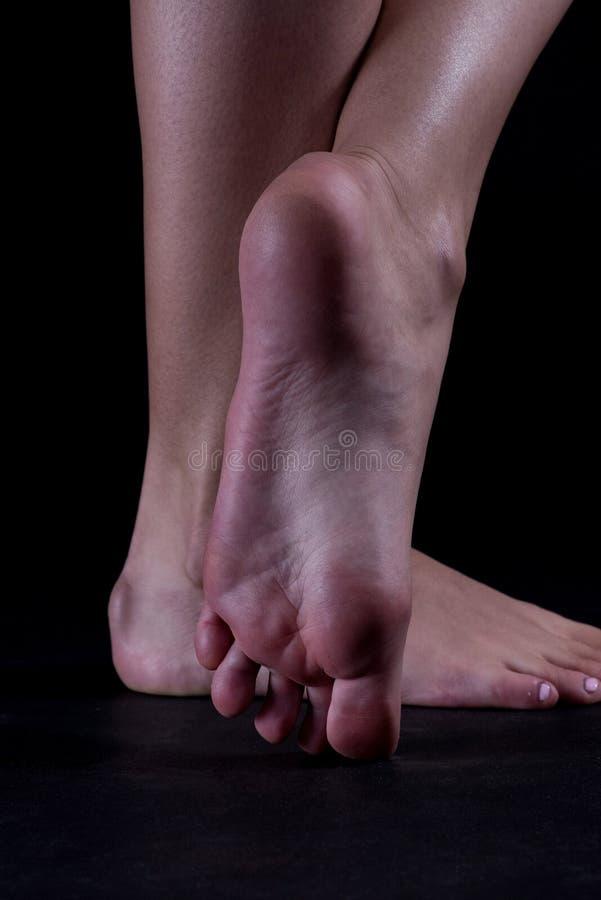 Sola e dedos do pé bonitos da moça fotos de stock