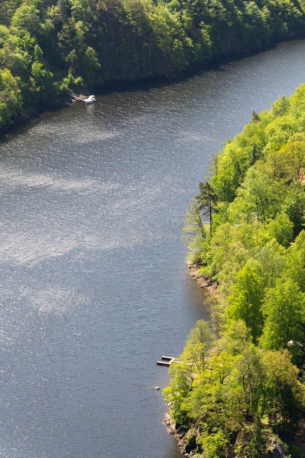 Sola nave y embarcadero solo en el río, paisaje verde impresionante de la naturaleza de maderas, día de verano soleado, Moldava,  foto de archivo