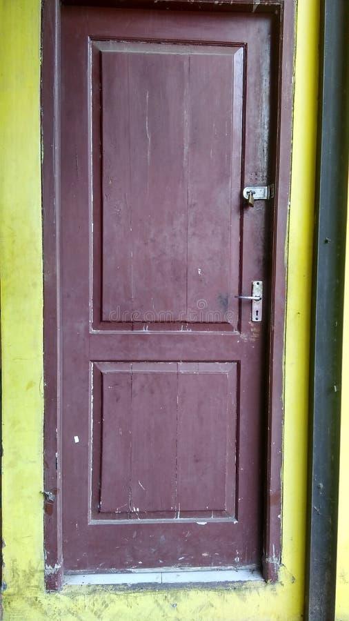 Sola puerta marrón foto de archivo libre de regalías