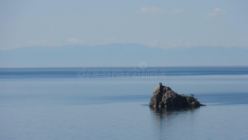 Sola roca en el mar imagen de archivo libre de regalías