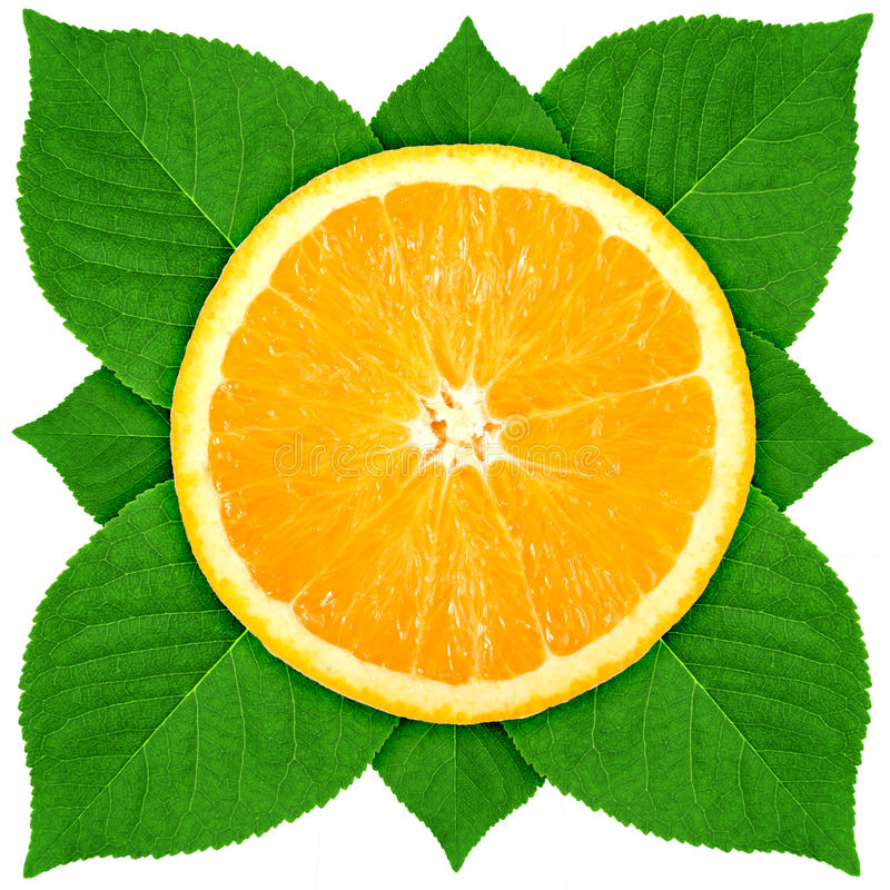 Sola sección representativa de la naranja con la hoja verde imagen de archivo