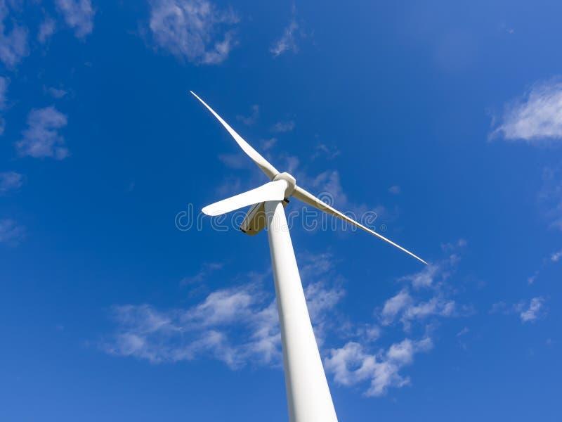 Sola turbina de viento en cielo azul foto de archivo libre de regalías