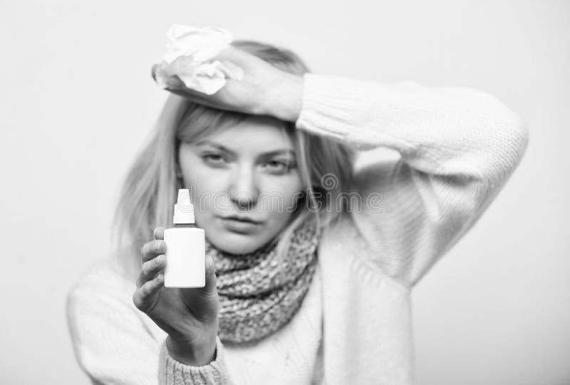 Solamente para el uso en la nariz Tratar el virus fr?o o la rinitis al?rgica Mujer enferma que cuida fr?o o alergia nasal malsano fotografía de archivo libre de regalías