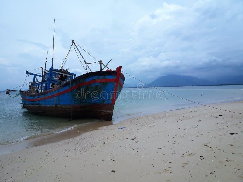 Solamente una nave en playa imagenes de archivo