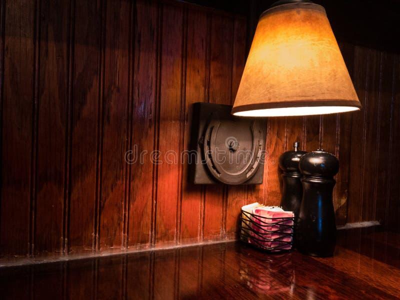 Solankowi i pieprzowi potrząsacze w odosobnionym położeniu fotografia royalty free