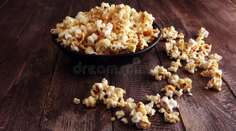 Solankowy popkorn lub cukierki popkorn w pucharze na drewnianym stole zdjęcie royalty free