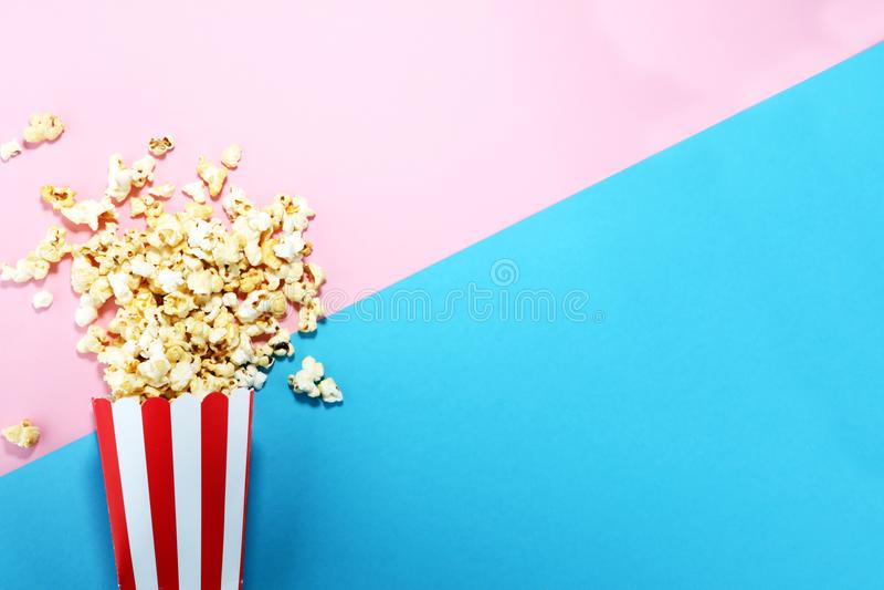 Solankowy popkornu lub cukierki popkornu mieszkanie kłaść na barwionym papierze zdjęcie stock
