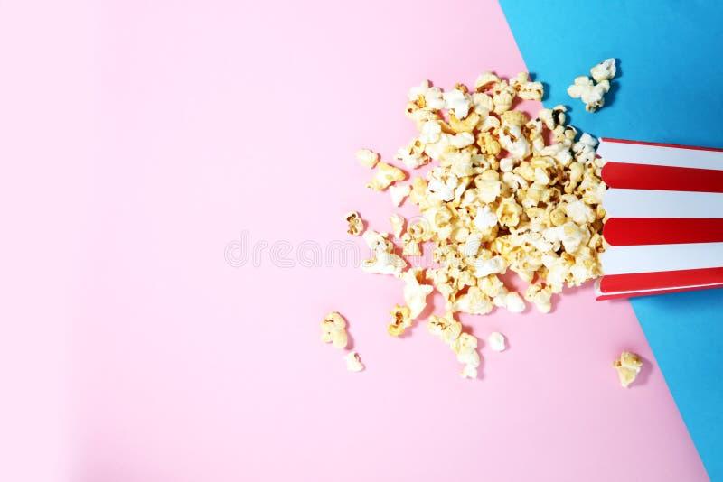Solankowy popkornu lub cukierki popkornu mieszkanie kłaść na barwionym papierze fotografia royalty free