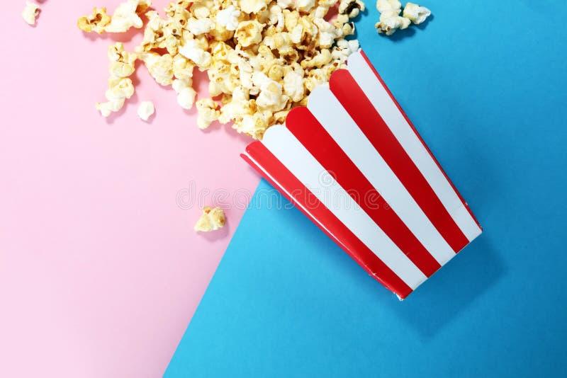 Solankowy popkornu lub cukierki popkornu mieszkanie kłaść na barwionym papierze zdjęcie royalty free