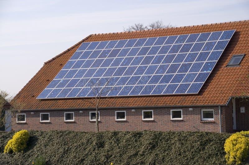 Solar auf dem Dach stockfotografie