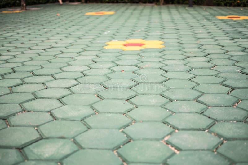 Solar el suelo hexagonal verde imagenes de archivo