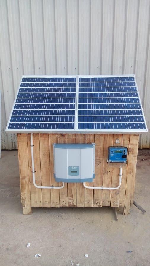Solar na demonstração de sistema da grade com o módulo cristalino poli imagens de stock