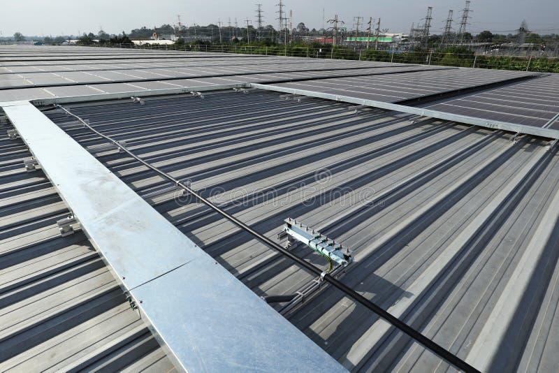 Solar-PV-Dachspitze mit Anlagen stockbilder