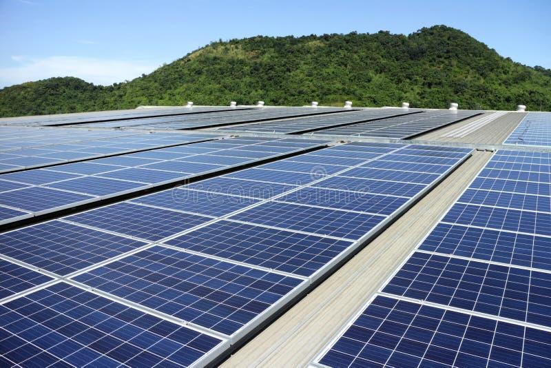 Solar-PV-Dachspitzen-System-Gebirgshintergrund lizenzfreie stockfotos