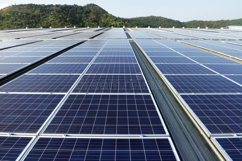 Solar-PV-Dachspitzen-System-Gebirgshintergrund lizenzfreie stockfotografie
