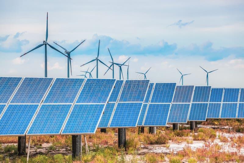 Solar- und Windenergie im salzigen und alkalischen Küstenland stockfoto