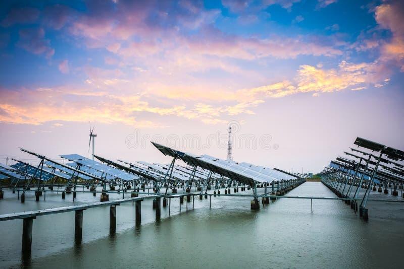 Solar y energía eólica en puesta del sol imagen de archivo libre de regalías