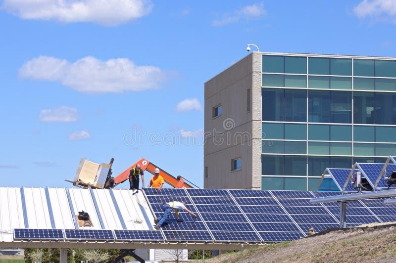 Solarautoparkplatz-Bau lizenzfreie stockfotos