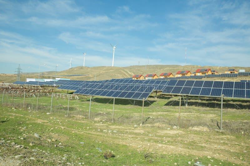 Solarbetriebenes Stromsystem Sonnenkollektor, photo-voltaische, alternative Stromquelle - Konzept von stützbaren Betriebsmitteln stockfoto