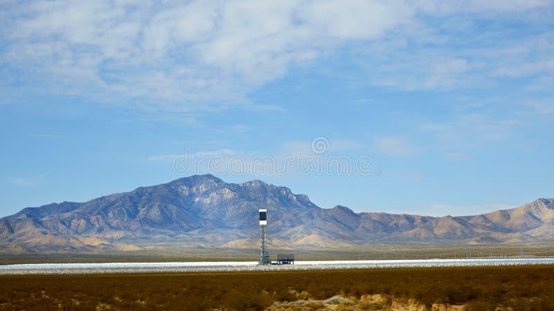 Solarenergiegeneration im Wüstengebiet stockbild
