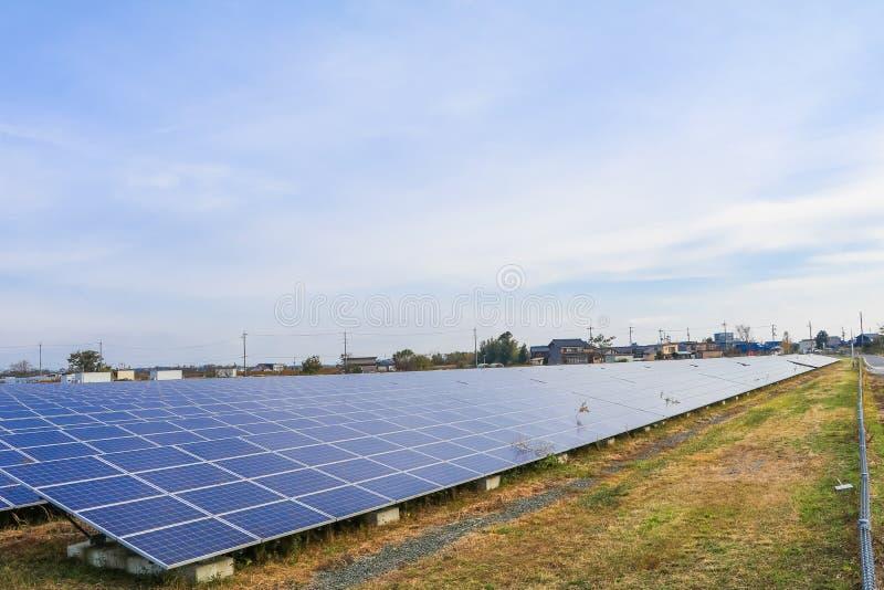 Solarenergiegremien, photo-voltaische Module für Innovation grünen Energie für das Leben mit Hintergrund des blauen Himmels lizenzfreie stockfotografie