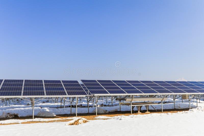 Solarenergiegremien, photo-voltaische Module für Innovation grünen Energie für das Leben mit Hintergrund des blauen Himmels lizenzfreies stockbild