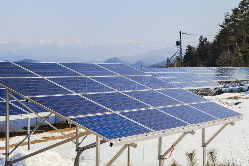 Solarenergiegremien, photo-voltaische Module für Innovation grünen Energie für das Leben mit Hintergrund des blauen Himmels stockfotos