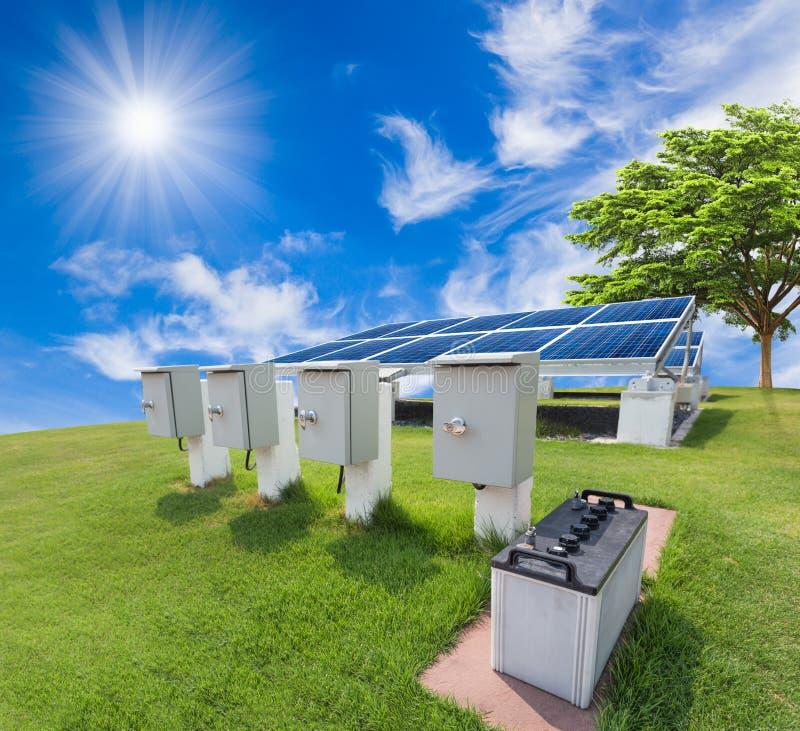 Solarenergiesystem gegen sonnigen Himmel stockfoto