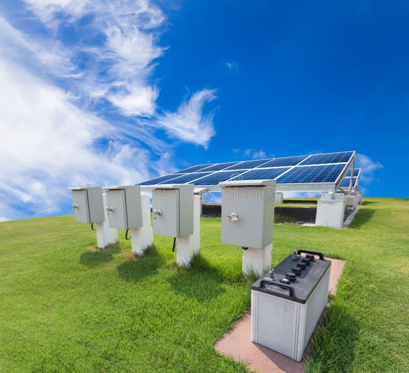 Solarenergiesystem gegen sonnigen Himmel lizenzfreie stockfotos